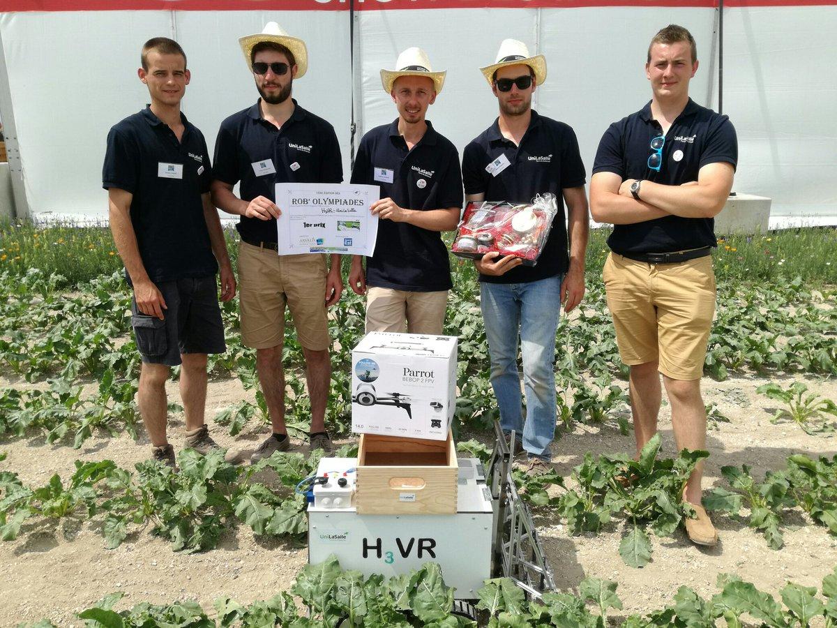 Equipe de développement du Robot de désherbage mécanique H3VR qui reçoit leur prix des olympiades