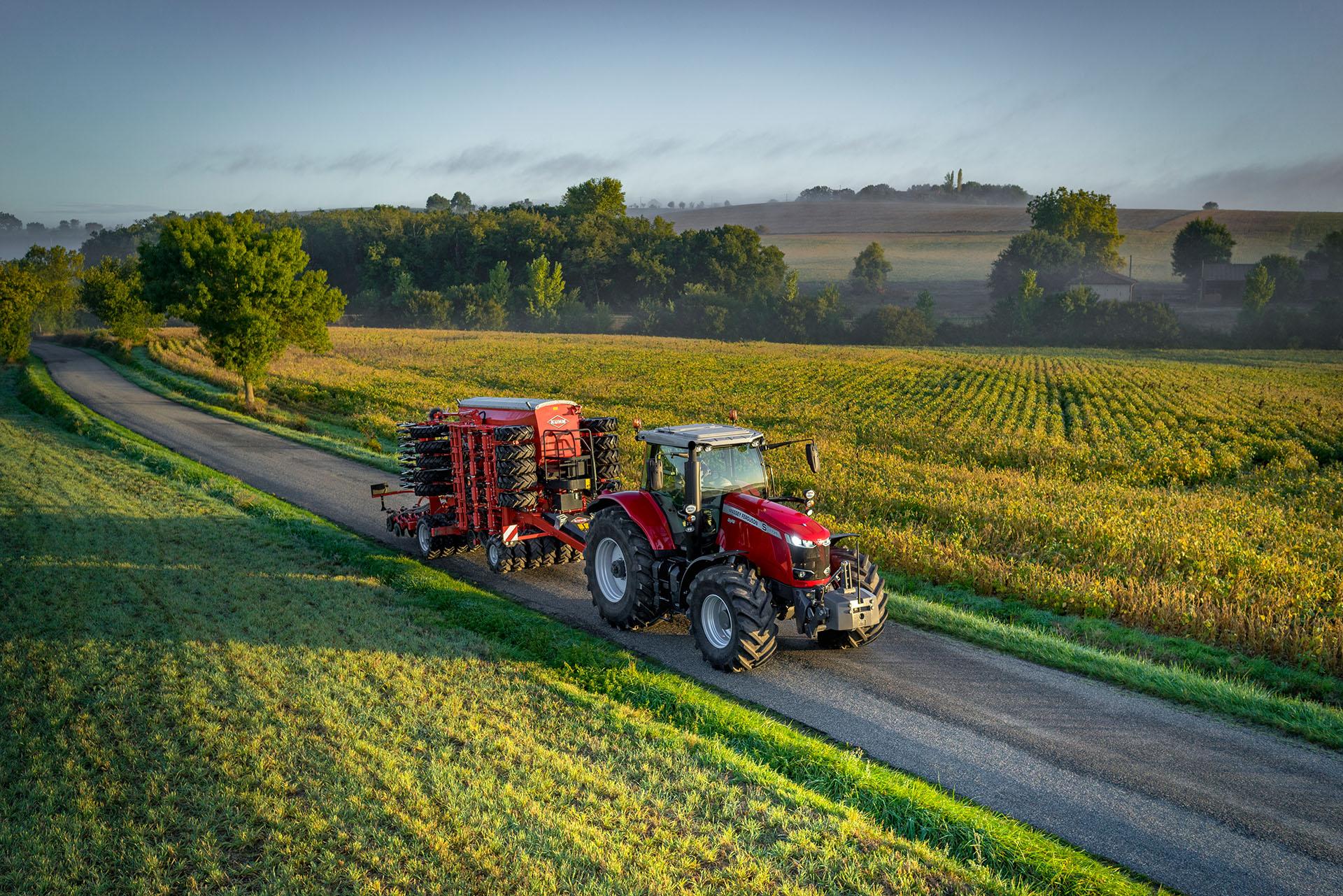 Image de fond, Tracteur sur une route