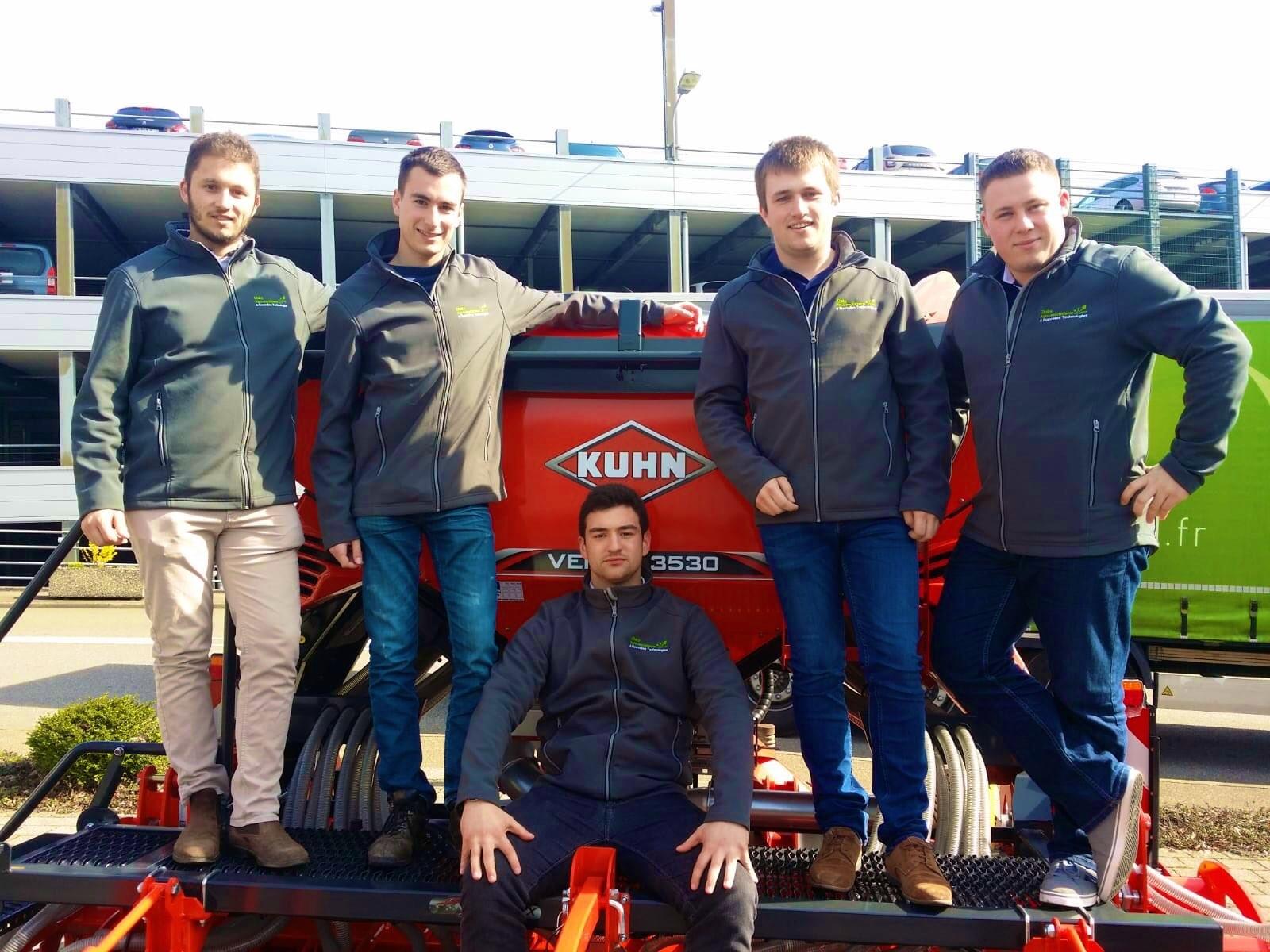 Etudiants AENT devant une machine Kuhn